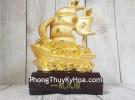 Thuyền buồm vàng bóng chở kim nguyên bảo lướt sóng vàng đế gỗ LN144