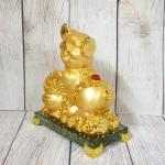 ln034 heo vang bon tu bao 150x150 Vua heo vàng ôm hũ vàng trên đế thủy tinh LN034