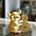D298 heo om tien 2 150x150 Vua heo ôm tiền vàng chiêu tài D298