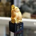 tm025 chuot vang dung 2 150x150 Chuột vàng dáng đứng trên đế gỗ TM025